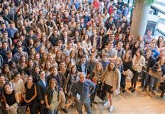 Jean-François Fiorina, entouré d'étudiants, lors d'une rentrée des cours. L'initiation à la géopolitique : une caractéristique essentielle de Grenoble Ecole de Management.